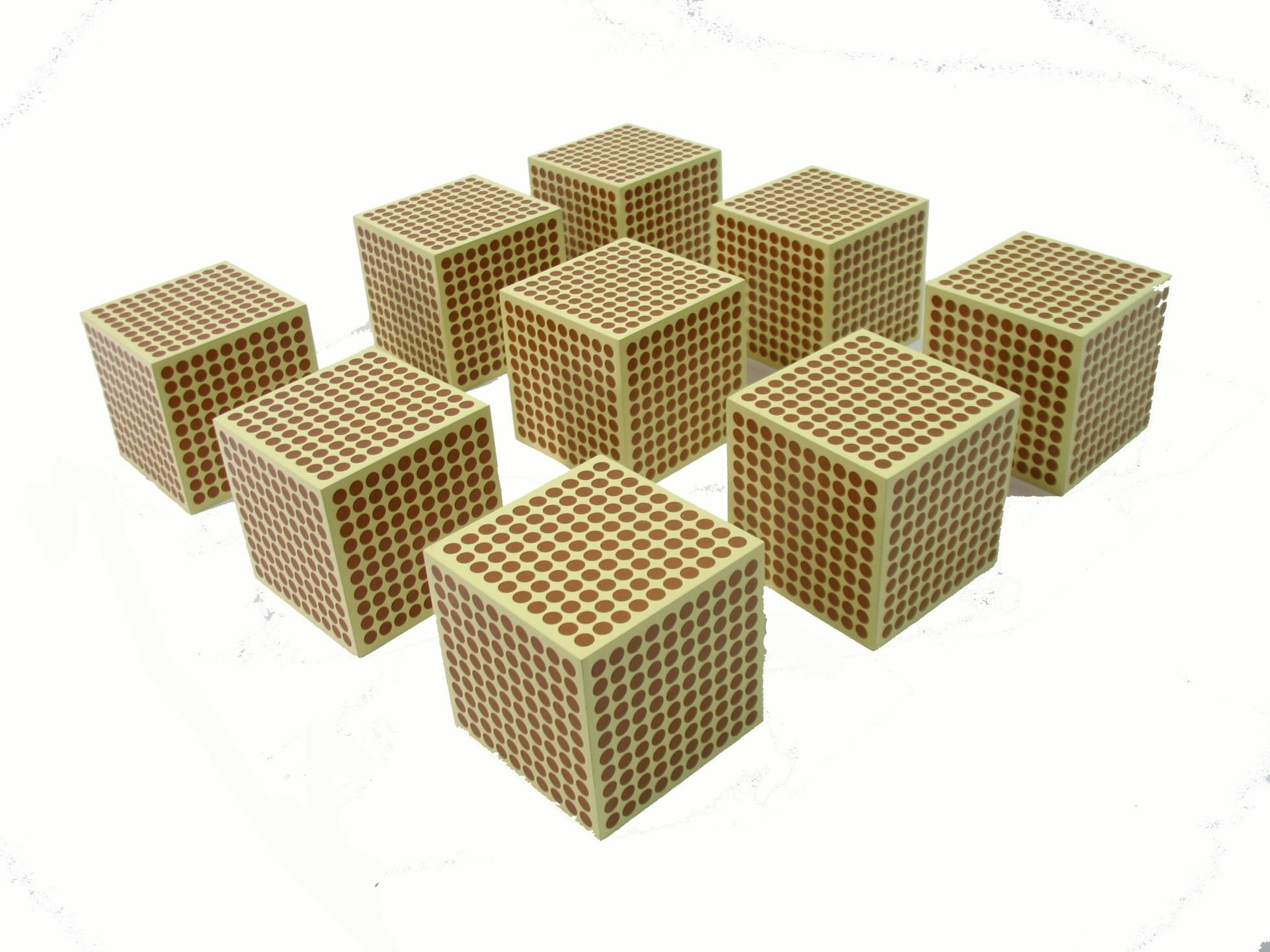 Devět dřevěných krychlí znázorňující 1000