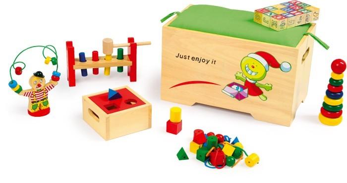 Dřevěná truhla plná her